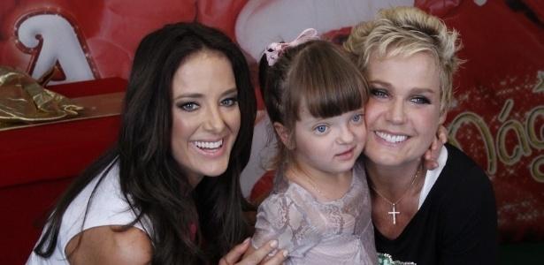 1.dez.2012 - Xuxa tira foto com Ticiane Pinheiro e Rafaela Justus antes do show