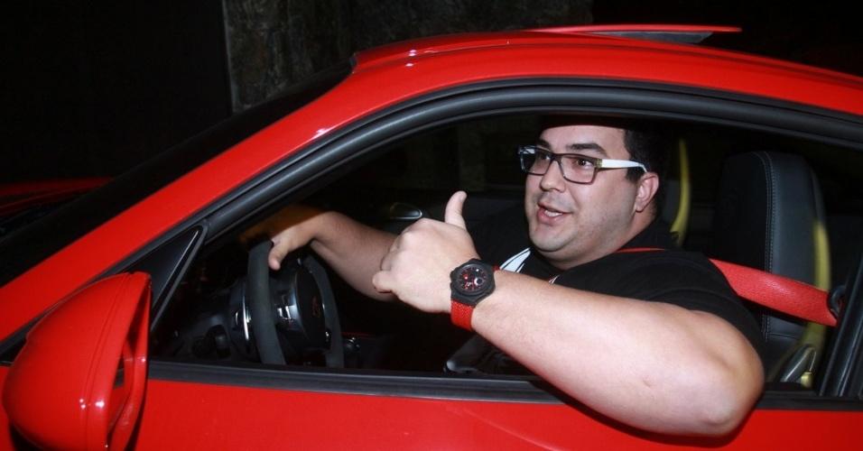 30.nov.2012 - André Marques chega no aniversário de 39 anos de Angélica na casa da apresentadora em São Conrado, Rio de Janeiro
