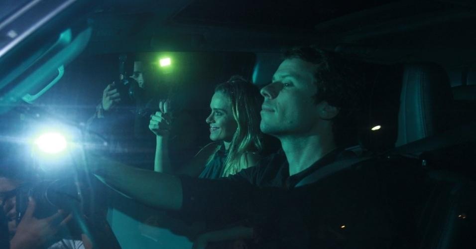 30.nov.2012 - Carolina Dieckmann chega no aniversário de 39 anos de Angélica na casa da apresentadora em São Conrado, Rio de Janeiro