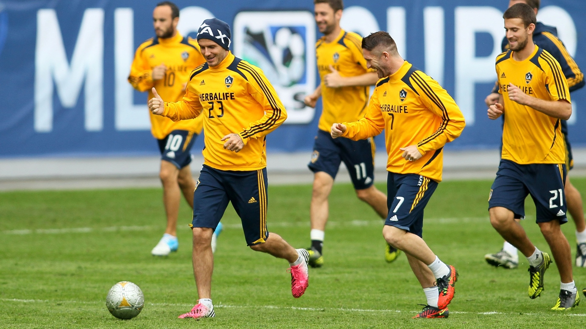 30.nov.2012 - David Beckham (23) conduz a bola durante treino do Los Angeles Galaxy, dos Estados Unidos
