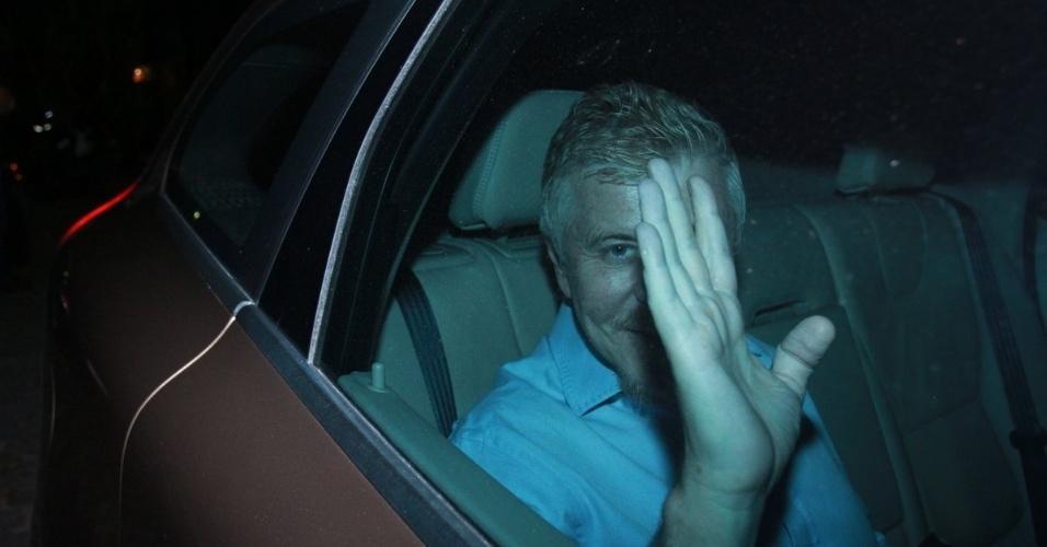 30.nov.2012 - Miguel Falabella chega no aniversário de 39 anos de Angélica na casa da apresentadora em São Conrado, Rio de Janeiro