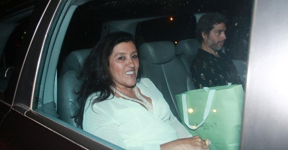 30.nov.2012 - Regina Casé chega no aniversário de 39 anos de Angélica na casa da apresentadora em São Conrado, Rio de Janeiro