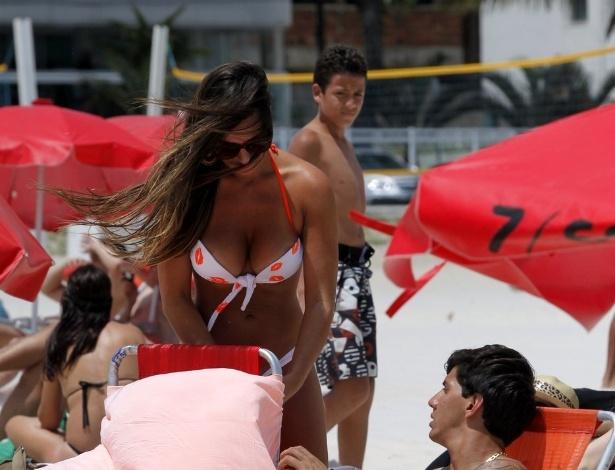 Depois de curtir show de Luan Santana com Victor Ramos na noite anterior, Nicole Bahls sai pela terceira vez na semana com o jogador e ex-namorado e toma sol na praia da Barra da Tijuca, no Rio de Janeiro