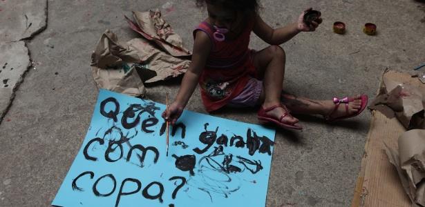 A manifestação contra a Copa contou com oficina de cartazes, realizada antes do ato