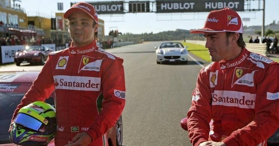 02.dez.2012 - Alonso e Felipe Massa posam para foto durante o úlitmo dia do evento de exibição que marcou o fim da temporada de 2012 da Ferrari