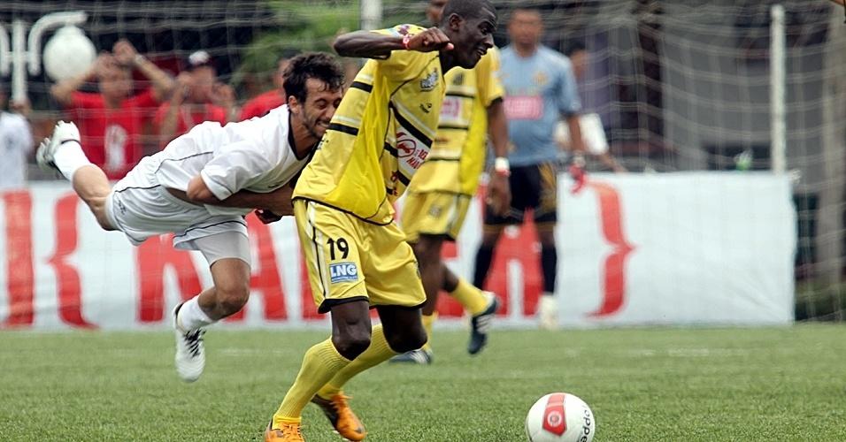 02.dez.2012 - Botafogo Pomerode (de branco), equipe de Blumenau-SC, venc