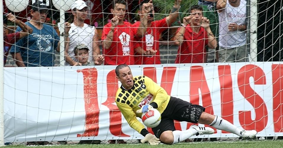 02.dez.2012 - Botafogo Pomerode (de branco), equipe de Blumenau-SC, venceu o Ajax, de São Paulo, nos pênaltis por 8 a 7 após o empate sem gols e foi campeão da Copa Kaiser Brasil 2012