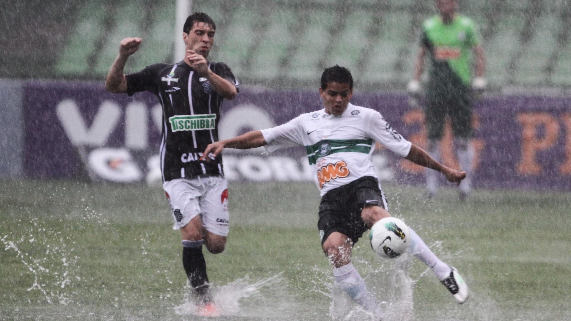 02.dez.2012 - Forte chuva castigou o duelo entre Coritiba, equipe de Dênis (dir.), e Figueirense, time do Willian, pelo Campeonato Brasileiro