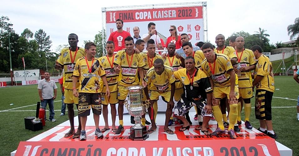 02.dez.2012 - Jogadores do Ajax, equipe de São Paulo, recebem a premiação pelo vice-campeonato da Copa Kaiser Brasil de 2012