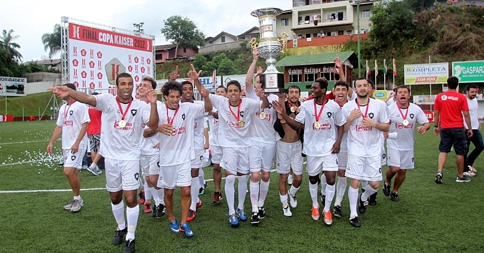 02.dez.2012 - Jogadores do Botafogo de Pomedore, de Blumenau-SC, comemoram título da Copa Kaiser Brasil de 2012