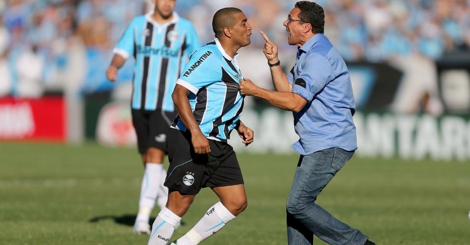 02.dez.2012 - Luxemburgo (dir) discute com Anderson Pico após confusão envolvendo jogadores do Grêmio e Internacional, em partida do Brasileirão