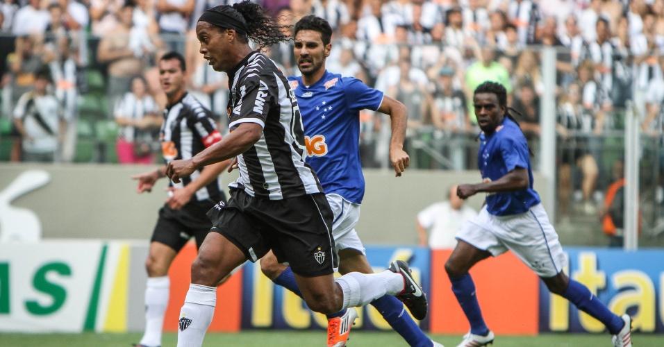 02.dez.2012 - Ronaldinho Gaúcho controla a bola no clássico do Atlético-MG contra o Cruzeiro, no estádio Independência, pelo Campeonato Brasileiro