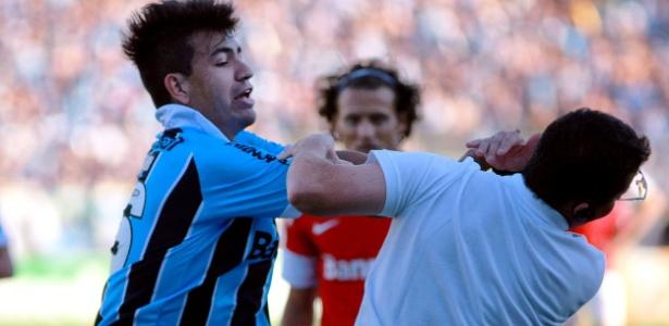 Saimon (esq.), zagueiro do Grêmio, agride Osmar Loss, treinador do Internacional