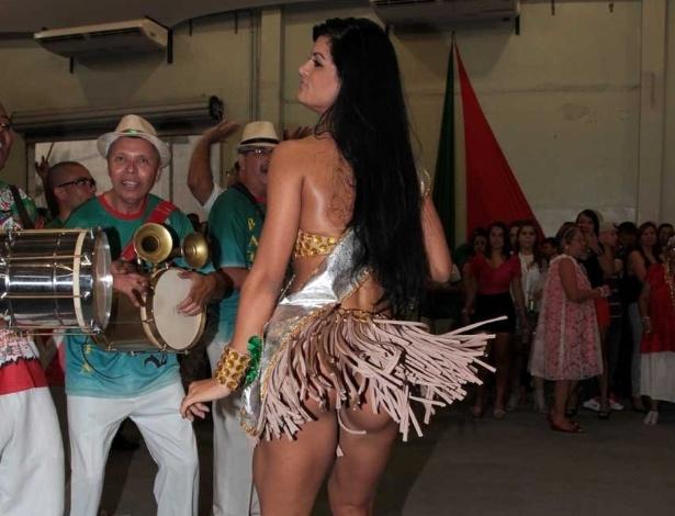 1.dez.2012: Uma noite depois de ficar em terceiro lugar no concurso Miss Bumbum 2012, Camila Vernaglia participa de ensaio da escola de samba X9 Paulistana, em São Paulo