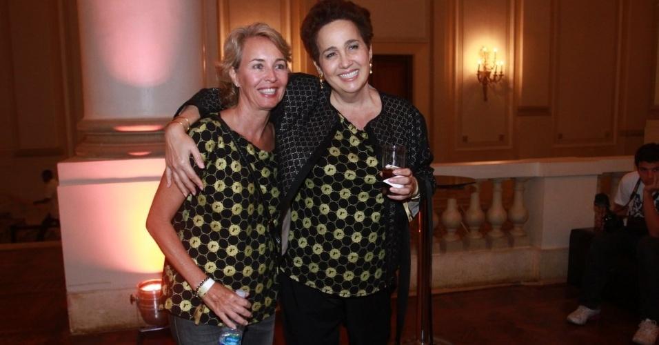 2.dez.12 - Stella Torreão e Claudia Jimenez vão juntas ao camarote do patrocinador do show da Madonna, no Rio