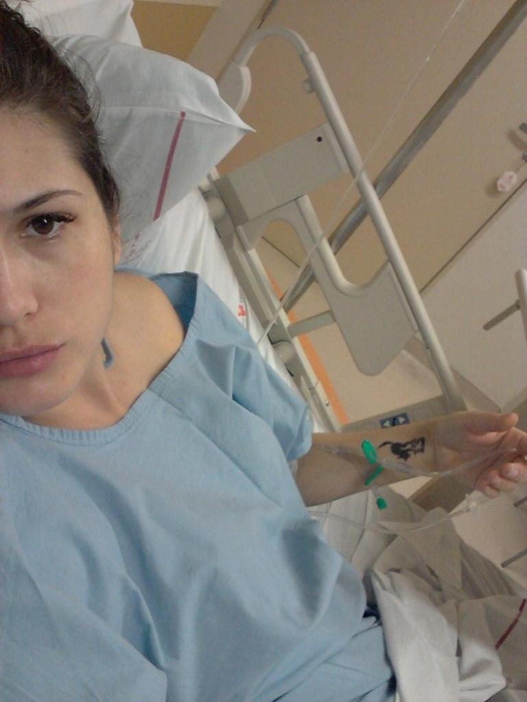 2.dez.2012 - Lívia Andrade publica foto internada em um hospital em São Paulo