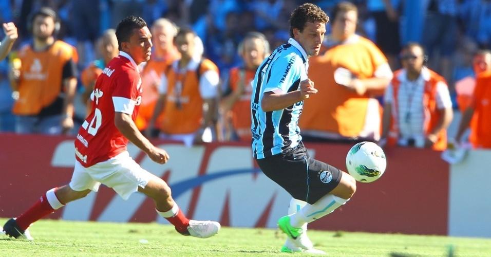 Lateral Edson Ratinho do Inter marca o meia Elano do Grêmio na despedida do estádio Olímpico (02/12/12)