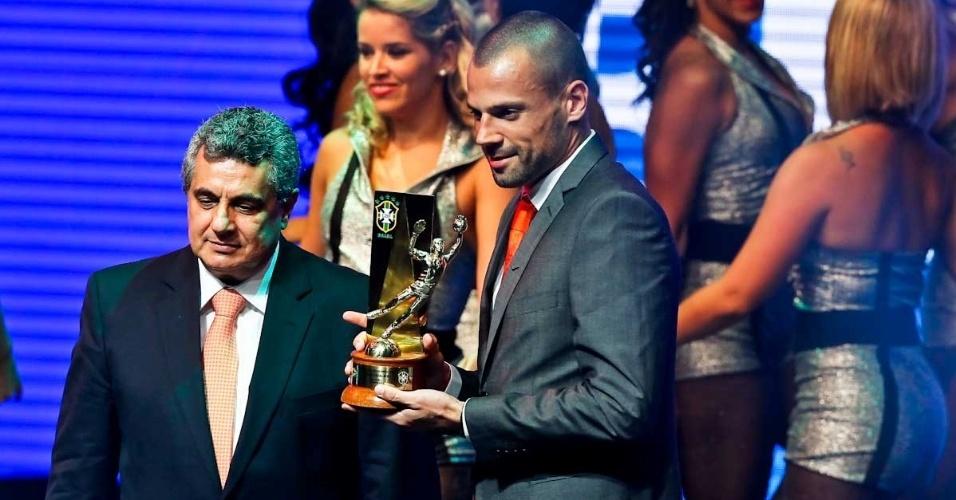 03.dez.2012 - Diego Cavalieri, do Fluminense, recebeu o troféu de melhor goleiro no Premio do Brasileirão