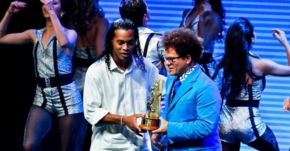 03.dez.2012 - Ronaldinho Gaúcho, do Atlético-MG, recebeu o troféu no Prêmio do Brasileirão após ter sido eleito por jornalistas um dos melhores meias do campeonato
