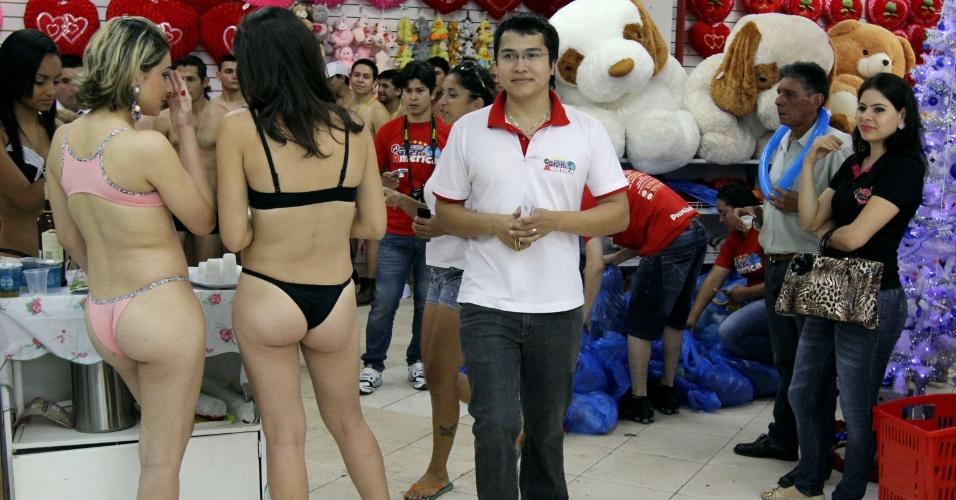 Clientes em roupas íntimas fazem fila no domingo (2) em loja durante  promoção especial na Cidade do Leste 0a80e321070