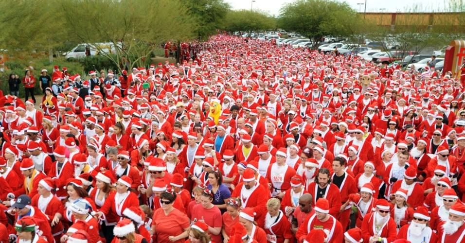 """3.dez.2012 - Manifestantes tentam bater recorde mundial da maior reunião de pessoas vestidas de Papai Noel durante a """"Las Vegas Great Santa Run"""", em Las Vegas, nos Estados Unidos"""