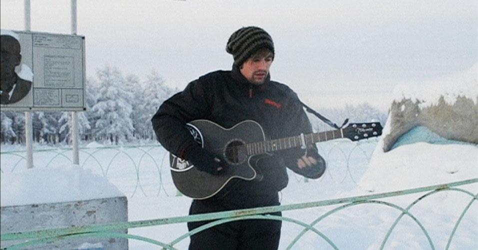 Apresentação de Charlie Simpson teve reação calorosa de público pequeno que enfrentou o frio