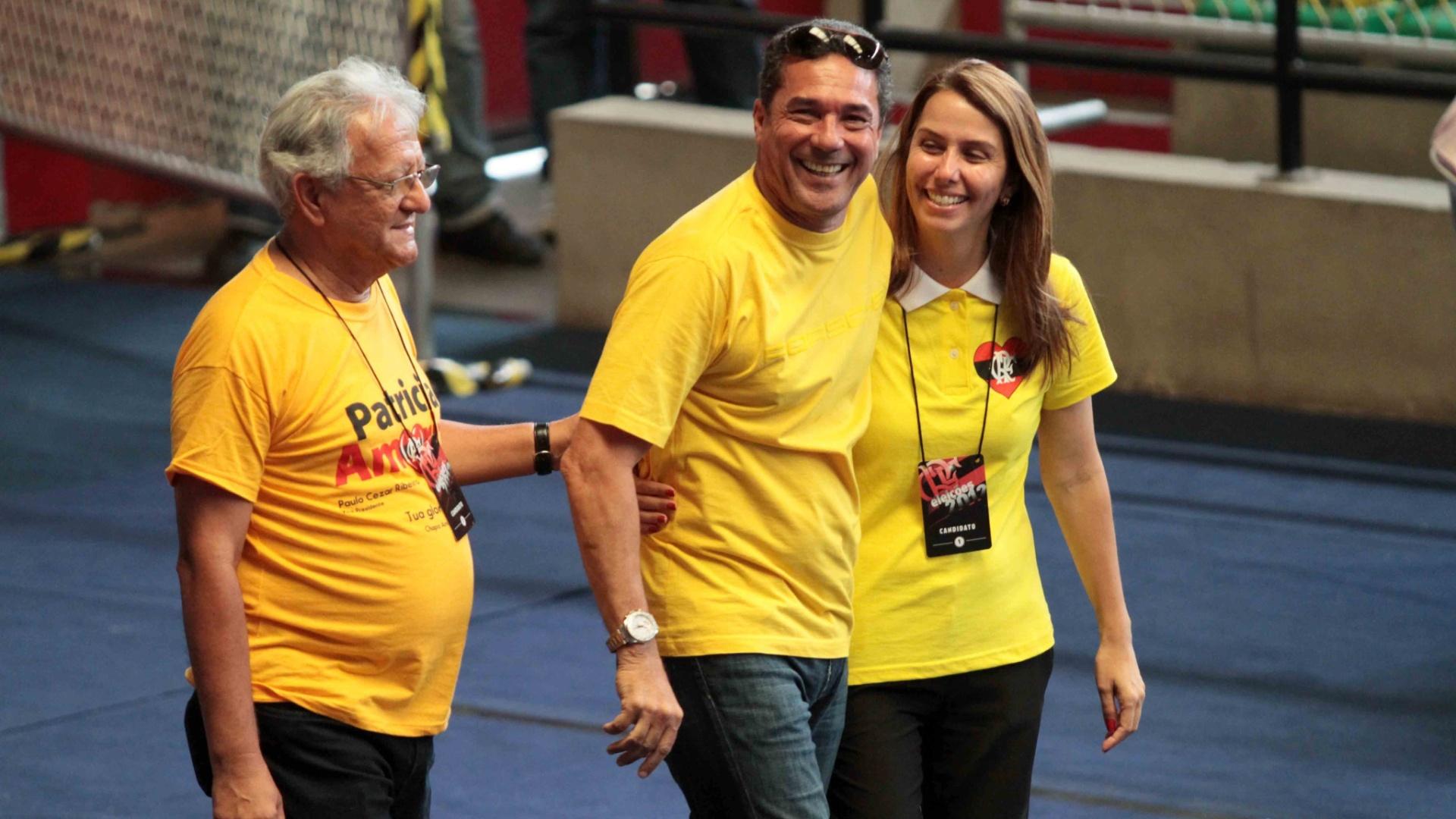 Vanderlei Luxemburgo e Patrícia Amorim abraçados em eleição do Flamengo nesta segunda (03/12)