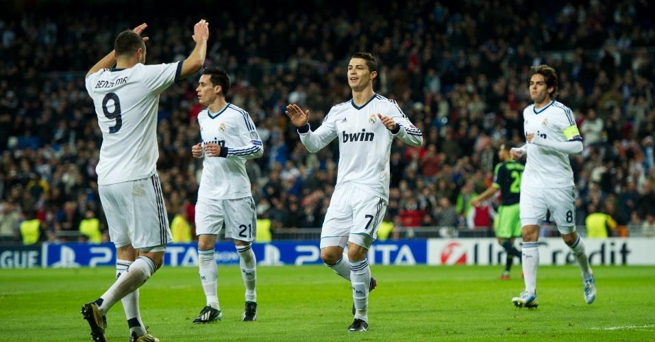04.dez.2012 - Cristiano Ronaldo (centro) comemora com Benzema depois de abrir o placar na partida do Real Madrid contra o Ajax, na Espanha, pela Liga dos Campeões