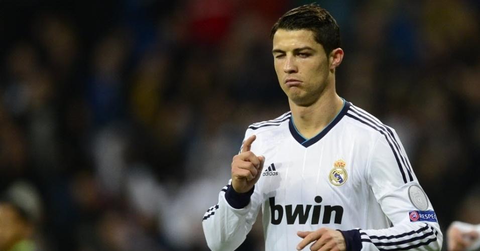 04.dez.2012 - Cristiano Ronaldo comemora depois de marcar o gol para o Real Madrid na partida contra o Ajax, pela Liga dos Campeões