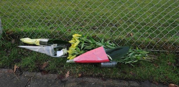 Flores foram deixadas ao lado do campo do Buitenboys após a morte do bandeirinha