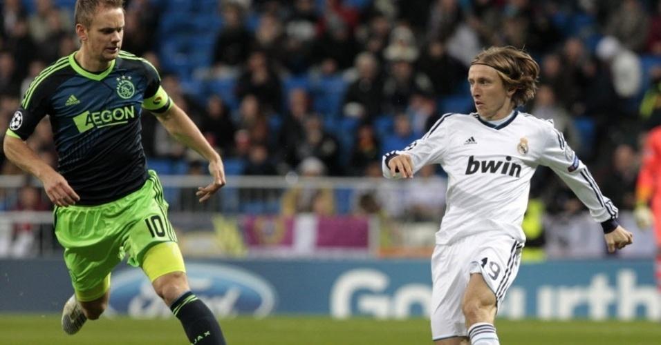 04.dez.2012 - Luka Modric (dir.), meio-campo do Real Madrid, tenta a jogada diante da marcação de Siem de Jong, do Ajax, em partida da Liga dos Campeões