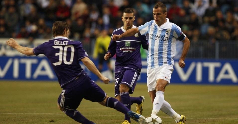 04.dez.2012 - Sergio Duda (dir.), do Málaga, disputa lance com Guillaume Gillet, do Anderlecht, durante partida da Liga dos Campeões