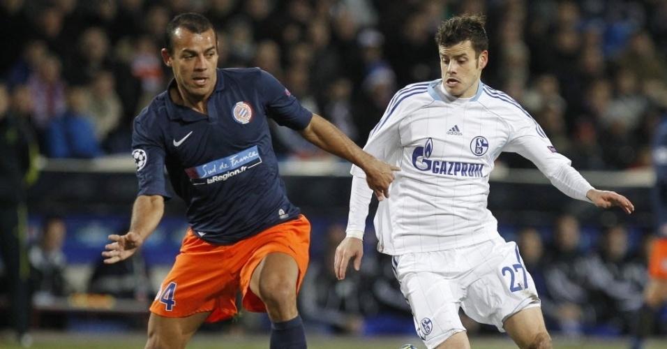 04.dez.2012 - Tranquillo Barnetta (dir.), do Schalke 04, disputa a bola com Hilton, do Montpellier, em partida da Liga dos Campeões