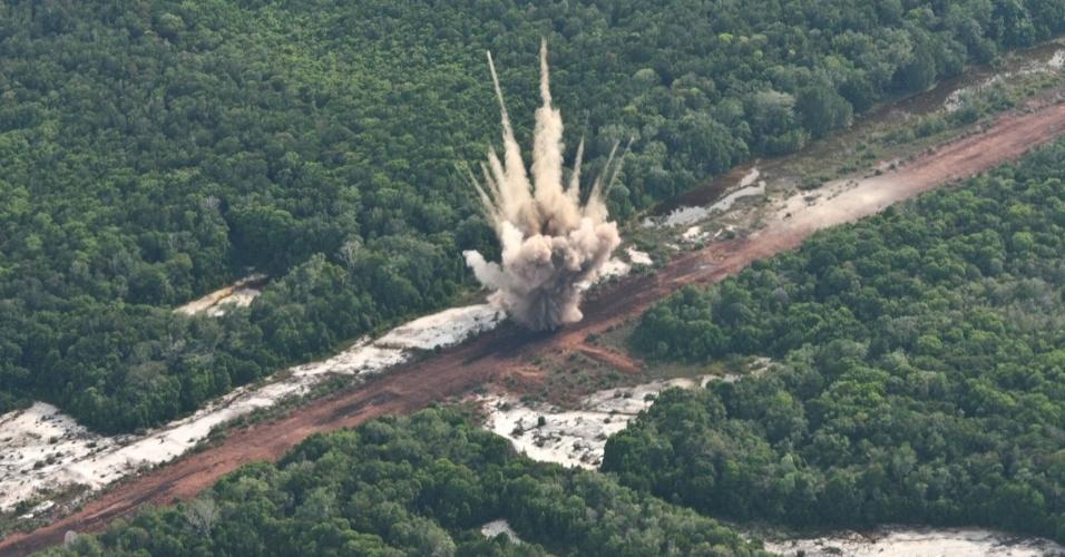 04.nov.2012 - Pista de pouso clandestina é explodia por caças da Força Aérea na Amazônia em 2011, depois de ser localizada por avião não tripulado