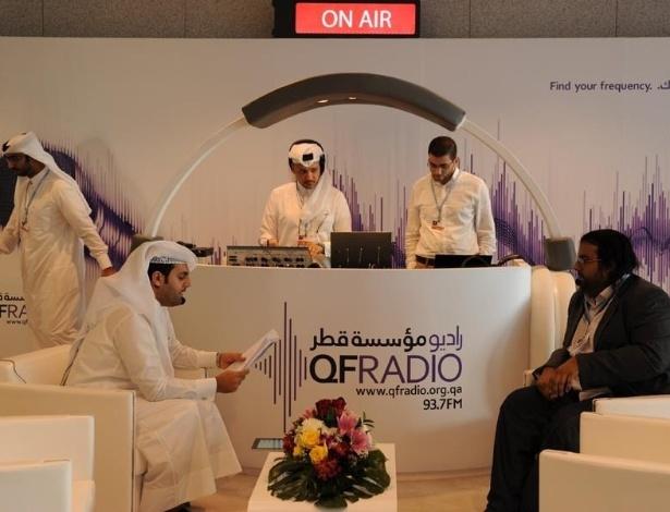 26.nov.2012 - Rádio do Catar entrevista especialista no primeiro dia da COP 18, conferência da ONU (Organização das Nações Unidas) sobre as mudanças climáticas - evento ocorre até o próximo dia 7 de dezembro em Doha