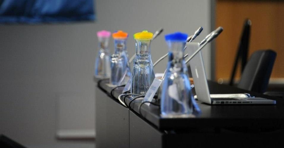 29.nov.2012 - Detalhe das garrafas de vidro - e não copos plásticos - que são colocadas nas mesas dos conferencistas da COP 18, cúpula sobre as mudanças climáticas que ocorre em Doha, no Catar
