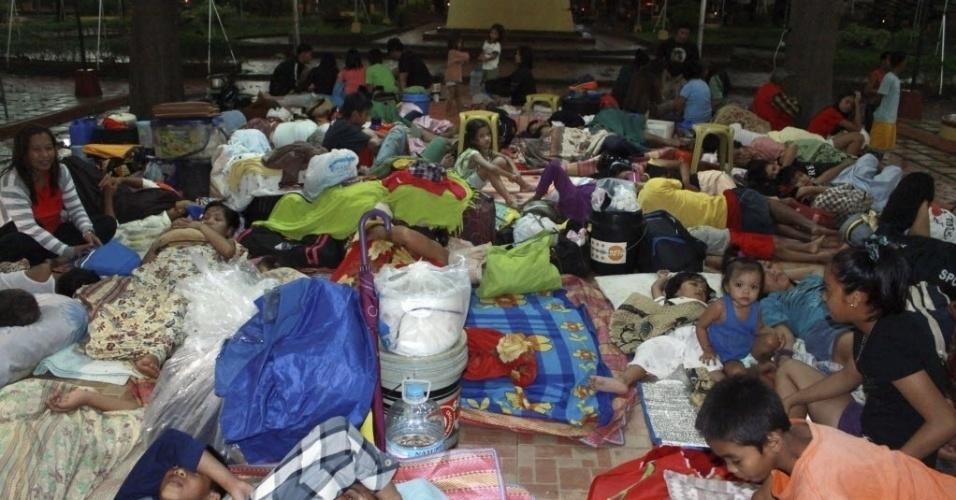 4.dez.2012 - Filipinos atingidos pelo tufão Bopha descansam em centro para desabrigados