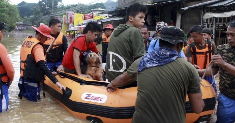 4.dez.2012 - Militares ajudam a evacuar área atingida pelo tufão Bopha, nas Filipinas