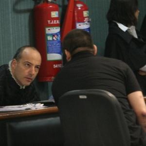 O cabo Sérgio Costa Júnior (de costas), réu confesso no assassinato da juíza Patricia Acioli, é julgado em fórum de Niterói