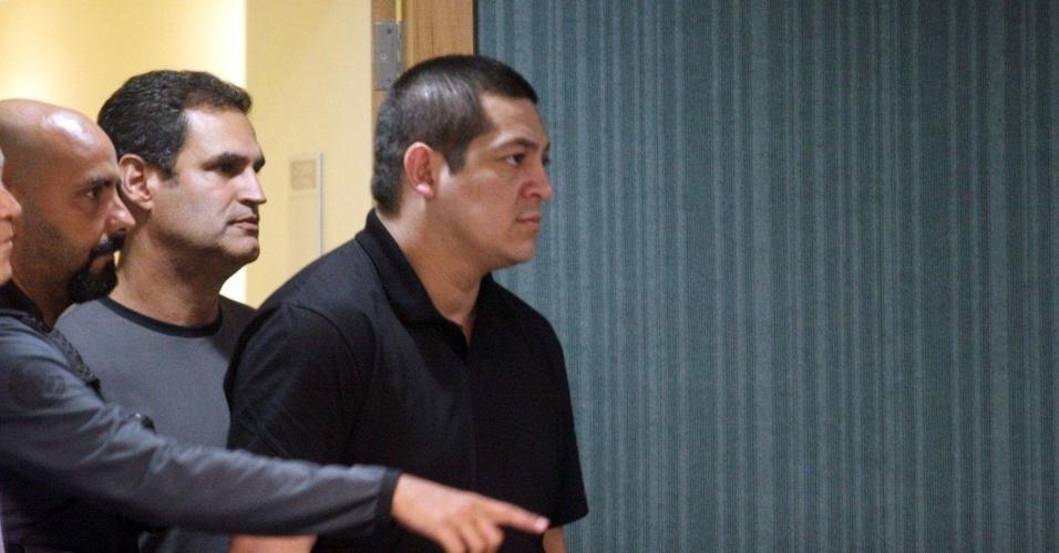 4.dez.2012 - O cabo Sérgio Costa Júnior, réu confesso no assassinato da juíza Patricia Acioli, é retirado da sala de julgamento no fórum de Niterói (RJ), depois de ser condenado a 21 anos de prisão