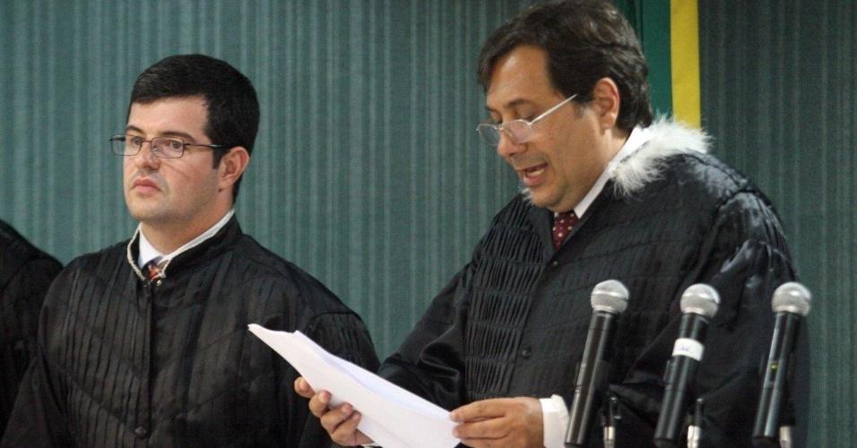 4.dez.2012 - O juiz Peterson Barroso Simões lê a sentença do julgamento do policial militar Sérgio Costa Júnior, réu confesso no assassinato da juíza Patricia Acioli. Ele foi condenado a 21 anos de prisão