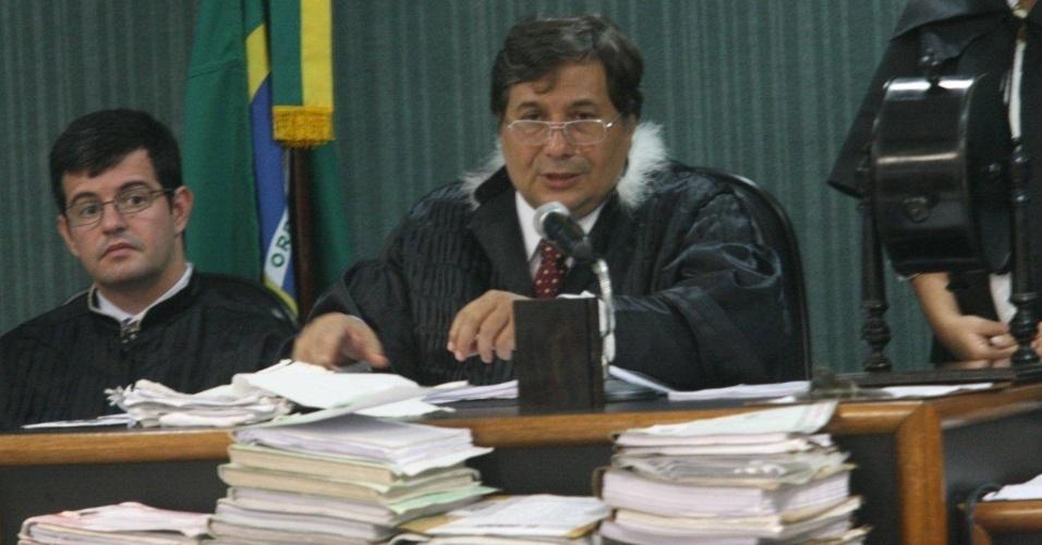 4.dez.2012 - O juiz Peterson Barroso Simões conduz o julgamento do cabo Sérgio Costa Júnior, réu confesso no assassinato da juíza Patricia Acioli