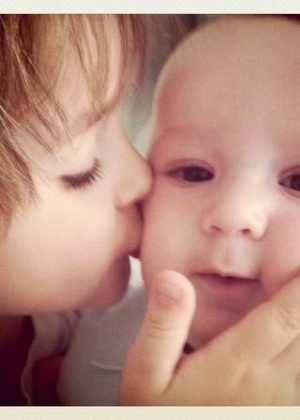 A atriz publica foto no Twitter do filho Noah beijando o rosto de Guy, seu filho caçula