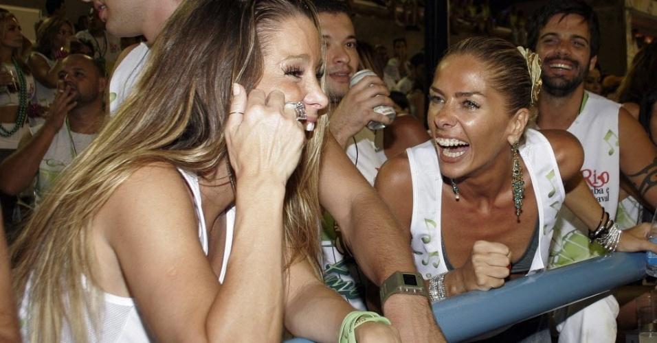Acompanhada de Cássio Reis, seu marido na época, e da amiga Adriane Galisteu, Danielle Winits assiste desfile das escolas de samba do grupo especial, no Rio de Janeiro em fevereiro de 2007