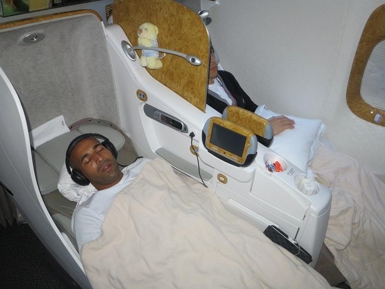 04.dez.2012 - Atacante Emerson Sheik dorme durante voo da delegação do Corinthians para Dubai. O time vai passar um dia nos Emirados Árabes antes de viajar para o Japão onde disputa o Mundial de Clubes