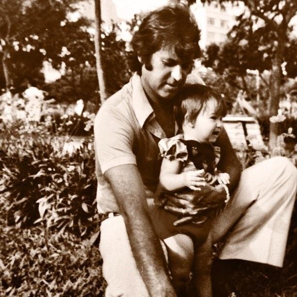 Danielle Winits em foto com o pai, Ronaldo. A atriz é fruto do relacionamento do ator com Nadja Winits. Danielle nasceu em 5 de dezembro de 1973 e é sagitariana