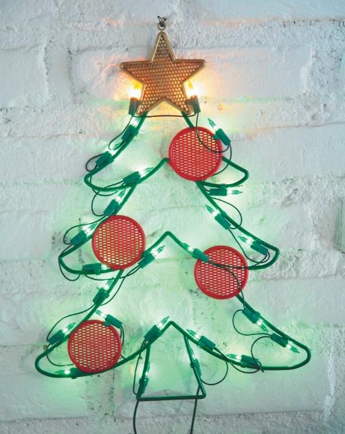 O enfeite natalino para áreas externas tem formato de árvore de Natal, iluminado com micro-lâmpadas. O produto é vendido nas Lojas Americanas (11 3587-9317) do Shopping ABC, na cidade de Santo André (SP) | Preços consultados em novembro e sujeitos a alterações