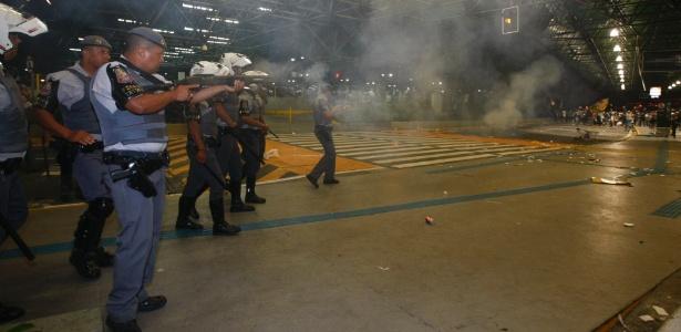Polícia tenta conter confusão causada por torcedores do Corinthians no Aeroporto