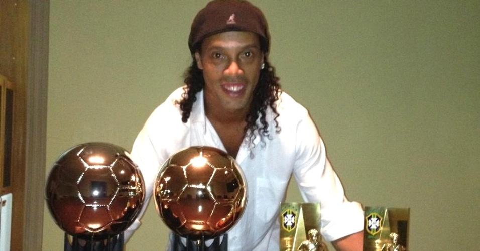 Ronaldinho Gaúcho divulga foto ao lado das premiações (4/12/2012)