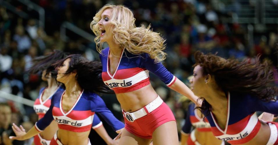 04.dez.2012 - Cheerleaders do Washington Wizards fazem apresentação durante vitória sobre o Miami Heat